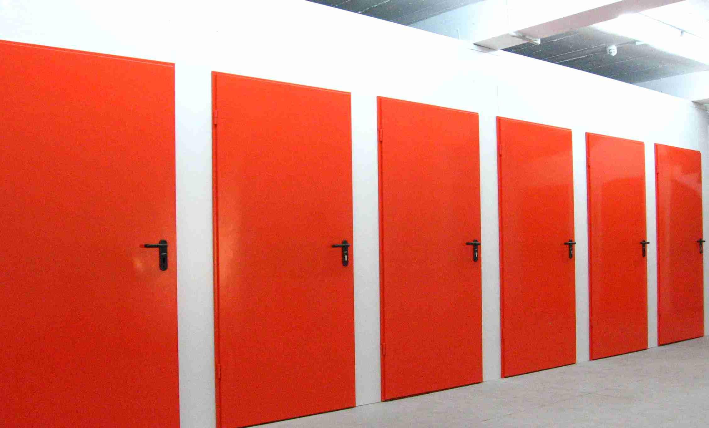 trasteros con puerta roja
